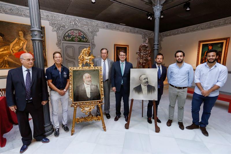 El alcalde de la capital salmantina, Alfonso Fernández Mañueco, posa junto a descendientes de Miguel Lis, durante la presentación hoy del retrato. EFE