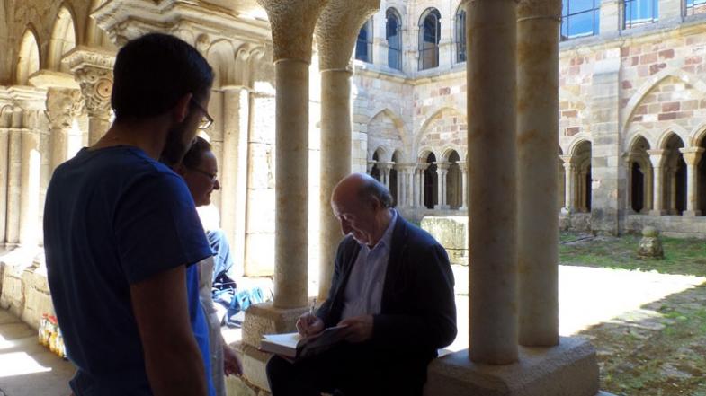 Peridis firmando ejemplares de sus libros en el claustro del monasterio de Santa María la Real