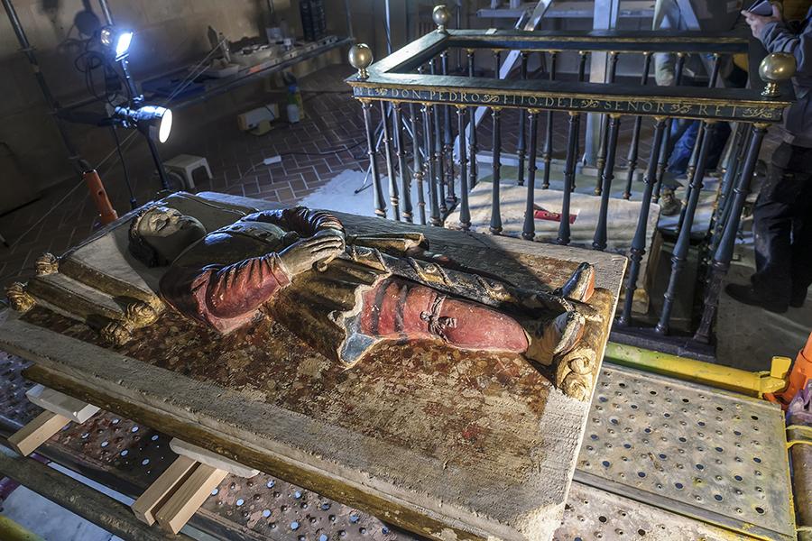 Los restos del Infante Don Pedro al descubierto. Catedral de Segovia